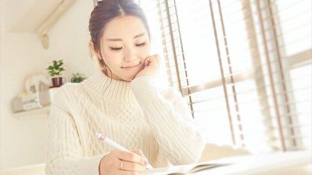 勉強している大学生