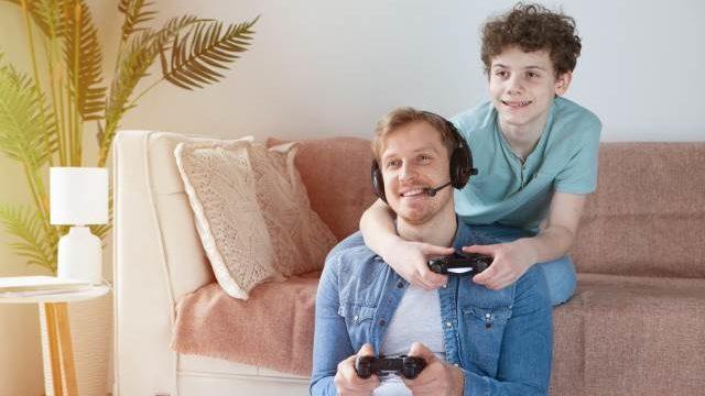 ゲームをする親子