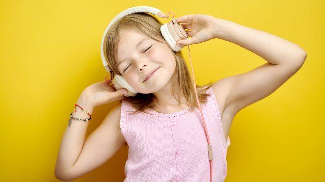 音楽を聞く少女