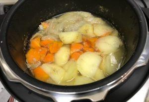 自動調理で出来上がったカレー、調理後にルーを加えます。