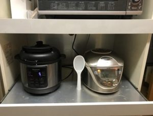 5.5合炊きの炊飯器と並べて設置。
