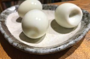 卵の殻が割れてしまうと、お尻が凹みます。