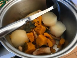 1回目のおでんは大鍋に移します。