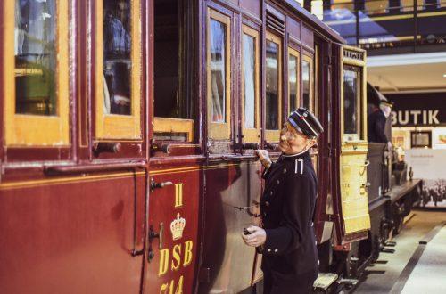 Historische Eisenbahnwagons und historische Figuren. (Foto: Andreas Lerg)