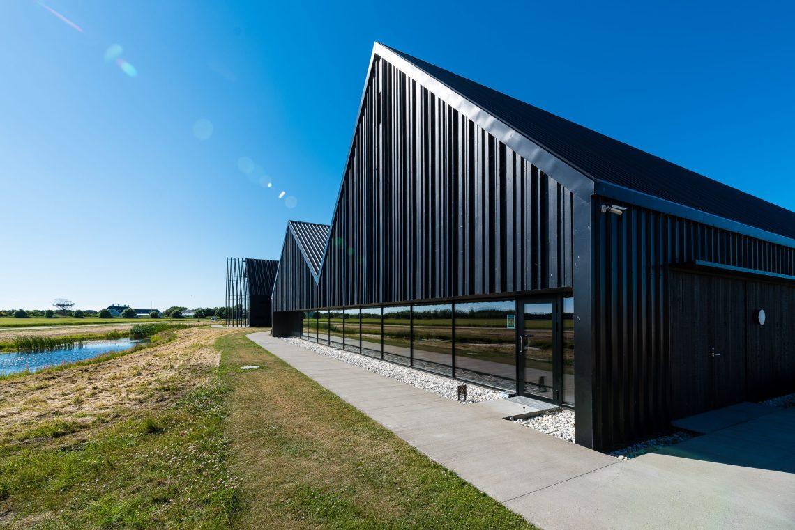 Die im Jahr 2018 eröffneten neuen Brennerei-Hallen fügen sich dank einer typisch dänischen Architektur wunderbar in die malerische Landschaft ein (Foto: Andreas Lerg)