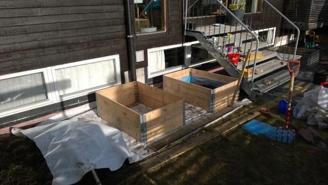 Her er pallekarmene på plass. Nå kan de fylles med jord.