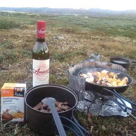 Oxfilé, svamp och grädde. Dä' räcker dä'! Åsså vin så klart!