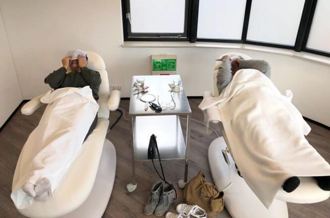 Na afloop van de ooglidcorrectie bijkomen in de relaxruimte en ogen koelen