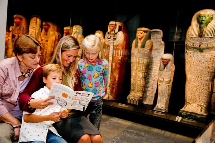 Kinderen in Rijksmuseum van Oudheden