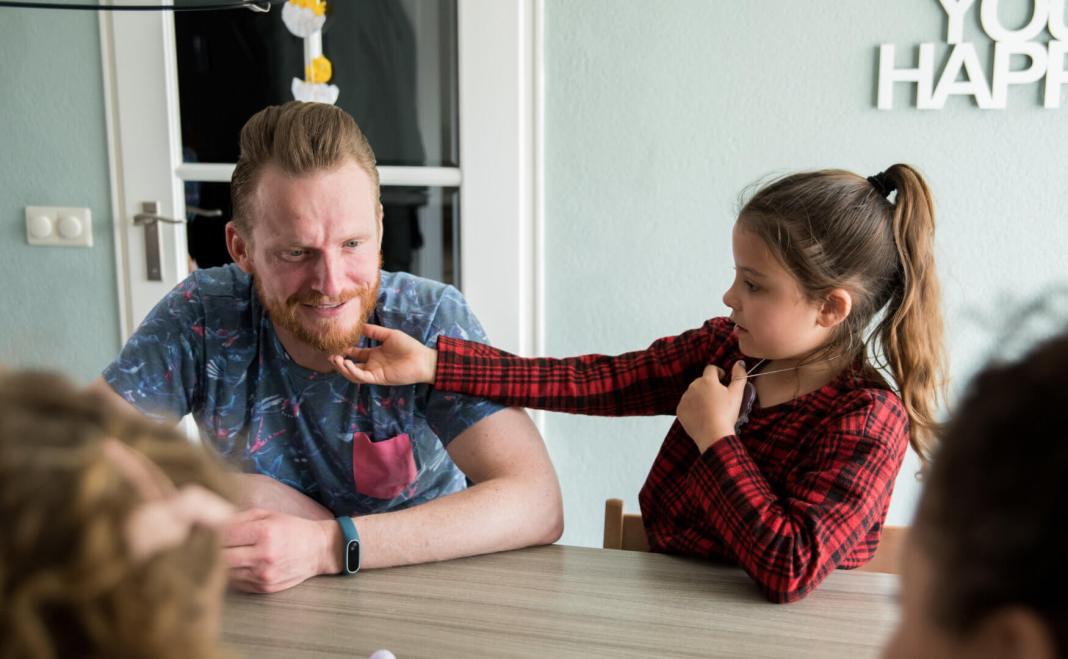 fotoshoot voor het hele gezin even aan papa zijn baard zitten