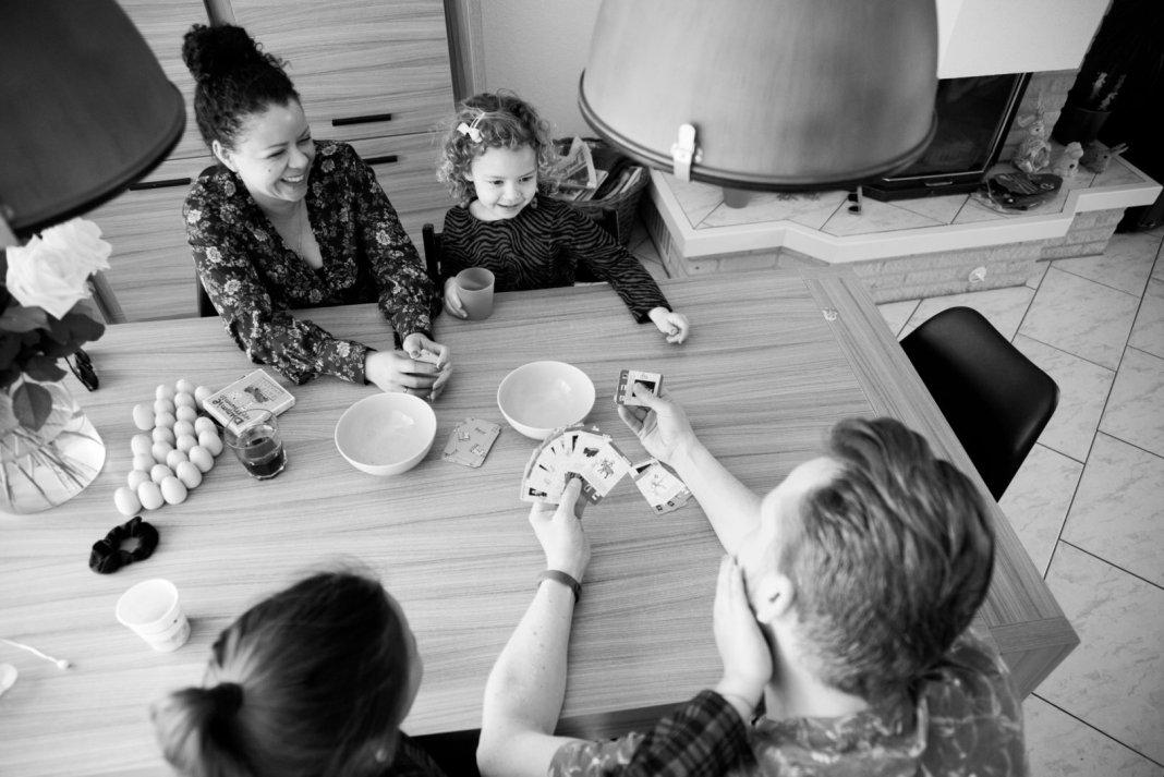 fotoshoot voor het hele gezin  samen een spelletje doen