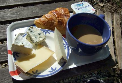 Frukost i solen, med croissant, kaffe, yoghurt och fyra sorters ost