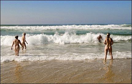 Och så plumsar vi förstås nakna och härliga i vågorna vid Atlantkusten!