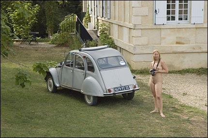 Jennie framför huset – redo med sin kamera!