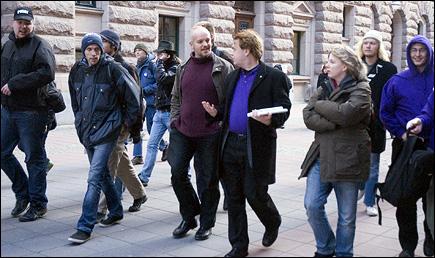 Ett antal pirater på väg in i Riksdagshuset - denna gång som åhörare vid FRA-omröstningen, men nästa gång...