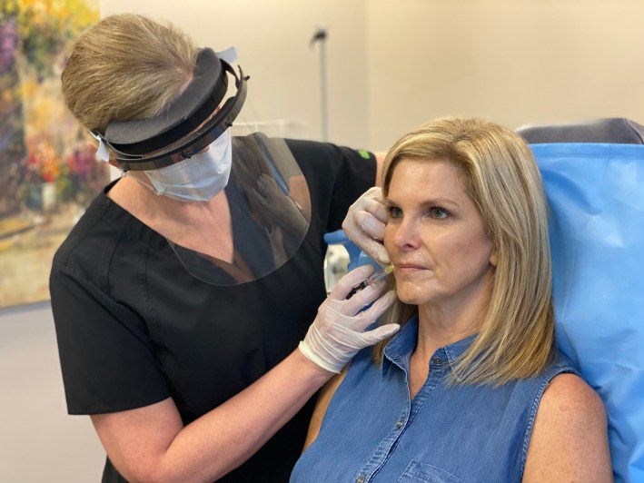 Dr. Lori Setler injecting Tanya Foster with Restylane Kysse