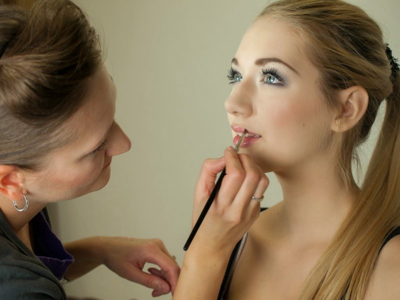 How to compliment Make up with your Attire