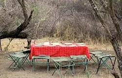 Table du campement a Kitumbeine, Tanzanie