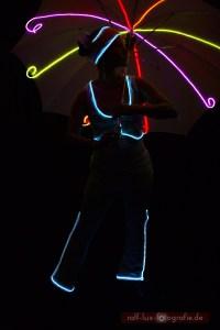 Farbiger Lichtschirm und weißes Lichtkostüm SNOWWHITE für Lichtshow und Walk Act, Foto: Ralf Lux