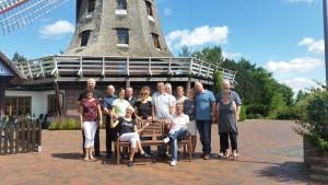 Im Bild die Tanzgruppe vor der Lewitz-Mühle