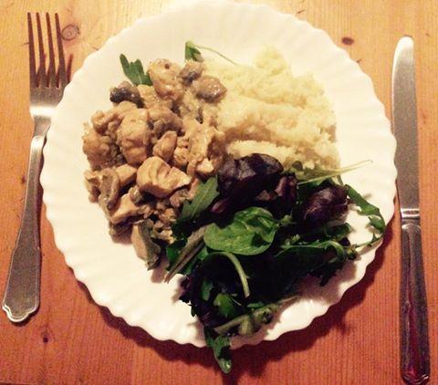 Hagymás-gombás-kelbimbós-mustáros-kókusztejes csirkemell, hűtött rizs és sok-sok kevert zöldsaláta