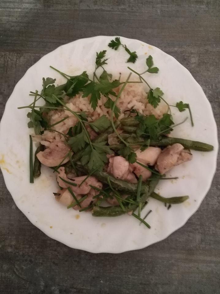 Zöldfűszeres risotto zöldbabos csirkével, friss petrezselyemmel és metélőhagymával