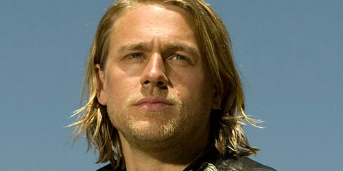 "Charlie Hunnam y Margot Robbie, supervivientes en ""The mountain between us"""