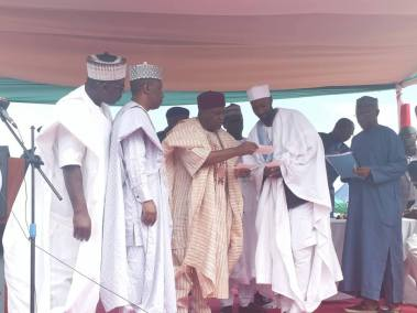Gov. Ishaku handing over a cheque to one the affected victim of the crisis.