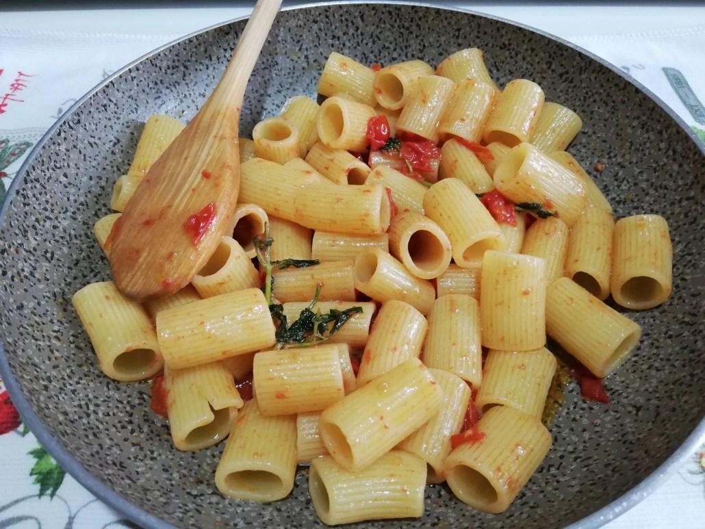 Mezze maniche datterini aglio e mentuccia