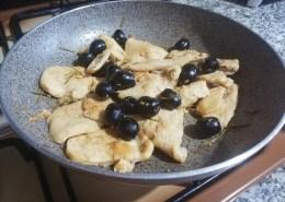 petti di pollo alle olive e rosmarino