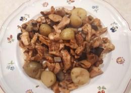 Pasticcio di funghi hedgehogs, patatine novelle e melanzane