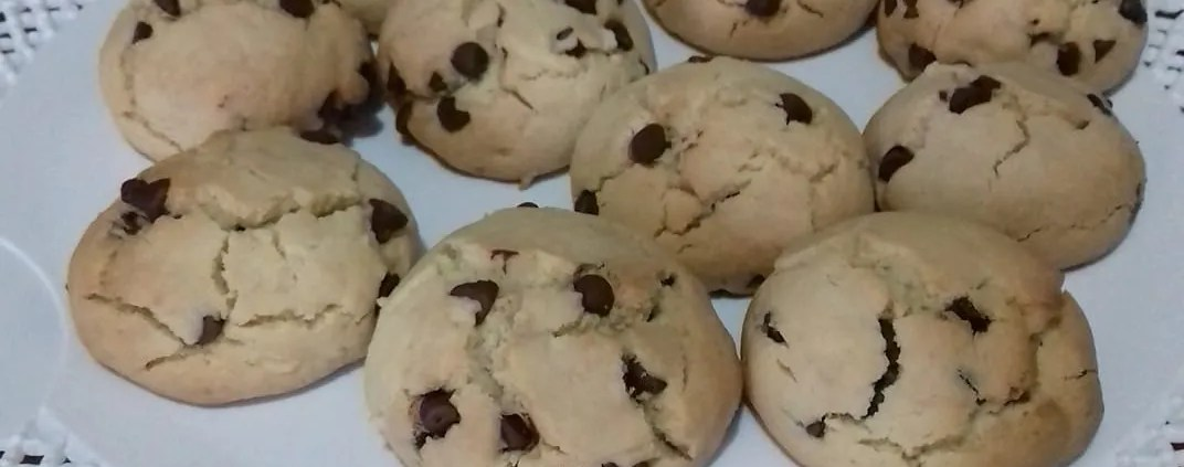 Biscotti friabili senza glutine con gocce di cioccolato fondente
