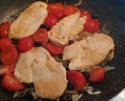 Fettine di petto di pollo con olive nere e pomodorini