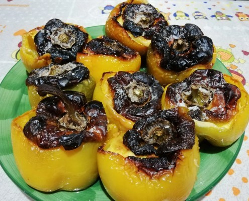 Peperoni ripieni di patate, uova e pecorino