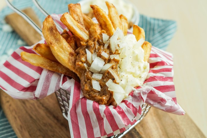 Patatje Oorlog (Dutch War Fries) in a basket with red and white striped napkin