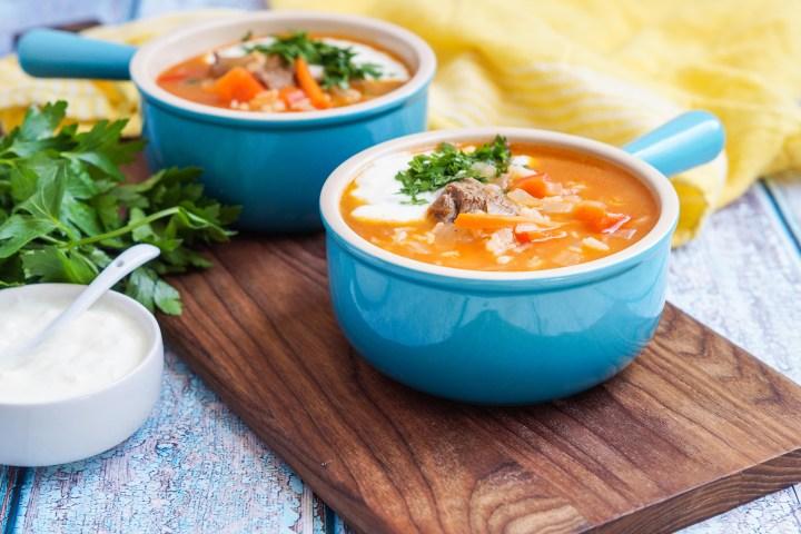Qatiqli Hu'rda (Uzbek Rice Soup with Yogurt) in blue bowls