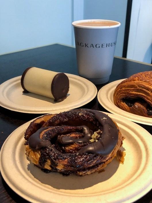 Direktorsnegl (chocolate glazed cinnamon roll), Træstammer (Tree Logs), Varm Chokolade at Lagkagehuset