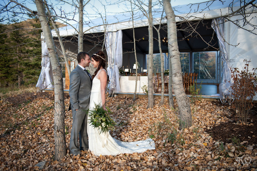 Bride & groom in Fish Creek Park captured by Tara Whittaker Photography