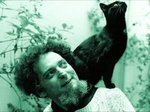 Foto de Georges Perec. Por trás de um grande pensador há sempre um cabelo bacana e um gato.