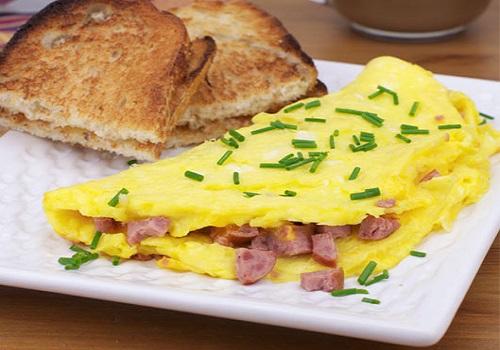 اومليت البيض بالنقانق فطور سريع