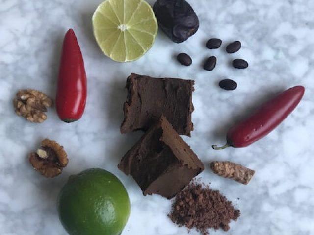 Chokladfudge med svarta bönor, chili och lime