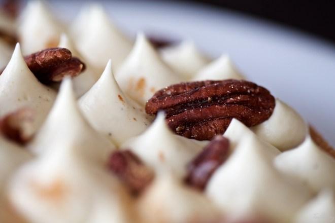 Tarta de nueces pecanas, manzana y vainilla