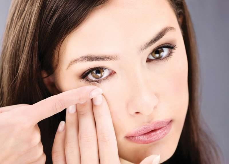 ترتدين عدسات لاصقة … 7 نصائح لسلامة عينيك