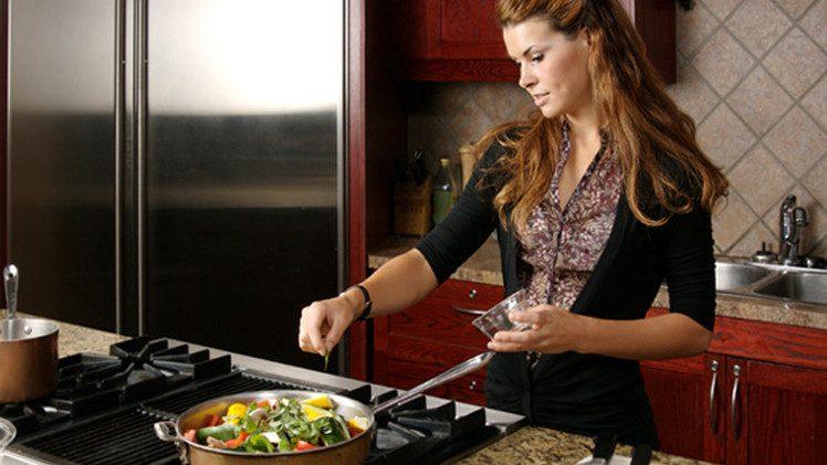 استمرار المرأة بطهي الطعام يضر بصحتها