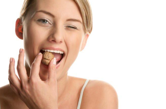 فوائد الجوز على صحة بشرتك وشعرك