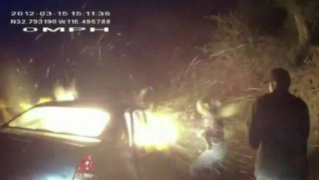 رجال الشرطة الأمريكية يحرقون رجلا خرق قواعد المرور
