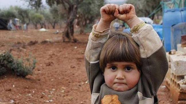 """صورة فوتوغرافية لطفلة سورية """"استسلمت"""" أمام عدسة صحفي تهز العالم"""