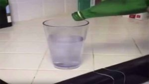 فيديو محير.. كوب يمتلئ بالماء ثم يتحول فجأة إلى ورقة.. سحر أم خداع بصري؟