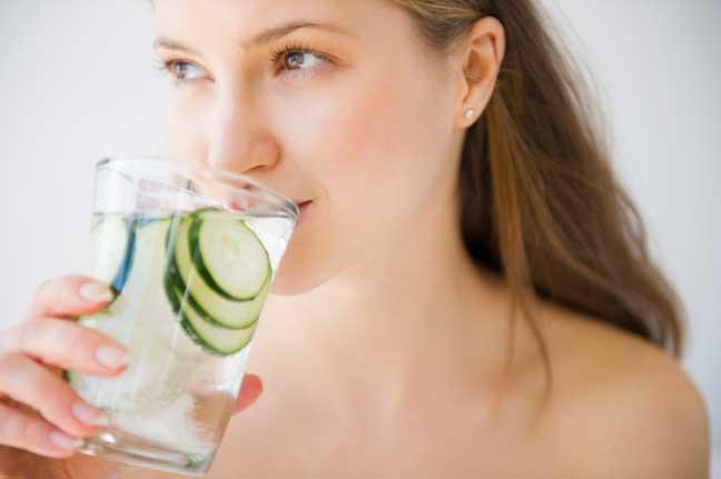 شرب الماء يجعل بشرة المرأة مشرقة ونقية