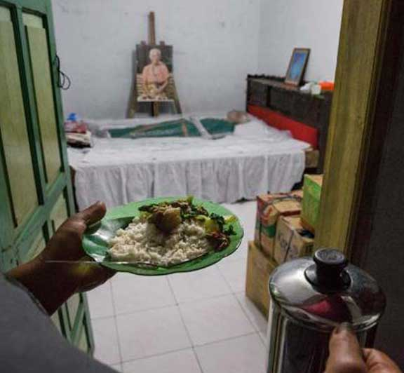 """""""الحياة بعد الموت"""": طقوس إندونيسية مرعبة"""